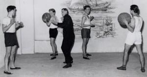 In den Fünfziger Jahren trieben sie Gymnastik im Bootshaus, mit den Medizinbällen, damals ein sehr beliebtes Sportgerät.