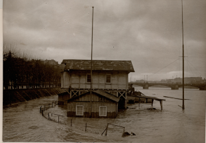 Auch als das Bootshaus 1914 bis 1944 am Sachsenhäuser Tiefkai steht, wird es regelmäßig vom Main überflutet