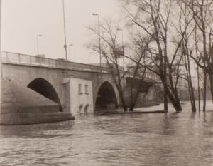 Auch das 1950 eingeweihte Bootshaus unter dem Brückenbogen ist nicht vor Hochwasser gefeit, wie hier im Februar 1970.