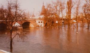 Auch 1982 steigt das Wasser bis ins Bootshaus