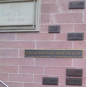 Historische Hochwassermarken am nördlichen Aufgang zum Eisernen Steg: Am 27. November 1882 stieg das Mainwasser am höchsten seit Gründung des FRV